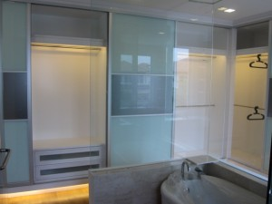 Glass partition for bathtubs